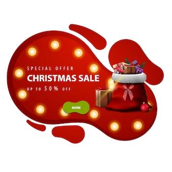 Oferta specjalna, wyprzedaż świąteczna, do 50 zniżki, czerwony baner rabatowy w stylu lampy lawowej z żółtą żarówką, zielonym przyciskiem i worek świętego mikołaja z izolowanymi prezentami