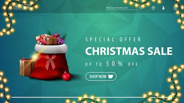 Oferta specjalna, wyprzedaż świąteczna, do 50% zniżki, niebieski baner rabatowy na stronę z wielokątną teksturą, girlanda i torba świętego mikołaja z prezentami