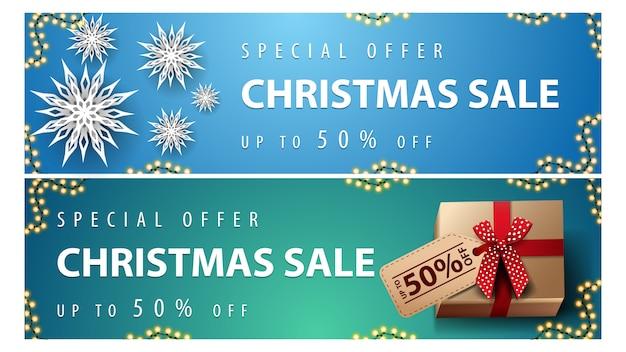 Oferta specjalna, wyprzedaż świąteczna, do 50% zniżki, niebieskie i zielone poziome bannery rabatowe z papierowymi płatkami śniegu i prezenty z metką