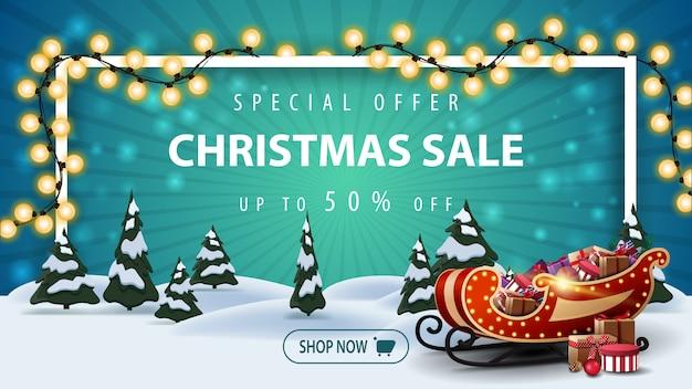Oferta specjalna, wyprzedaż świąteczna, do 50% zniżki, piękny baner rabatowy z kreskówkowym zimowym krajobrazem z sosnami i saniami świętego mikołaja z prezentami