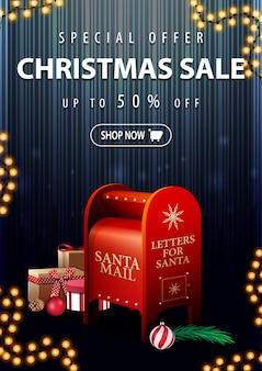 Oferta specjalna, wyprzedaż świąteczna, do 50% zniżki, pionowy ciemno-niebieski baner rabatowy z pudełkiem mikołaja z prezentami
