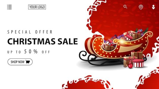 Oferta specjalna, wyprzedaż świąteczna, rabat do 50, biało-czerwony baner rabatowy na stronę internetową ze saniami świętego mikołaja z prezentami