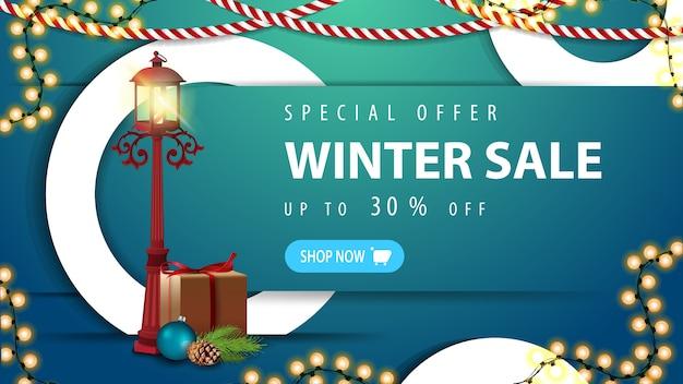 Oferta specjalna, wyprzedaż zimowa, do 30 rabatów, niebieski baner rabatowy z guzikiem, ozdobne białe pierścienie, girlandy i latarnia w stylu vintage