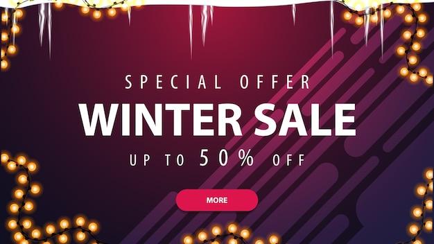 Oferta specjalna, wyprzedaż zimowa, do 50 rabatów, fioletowy baner rabatowy z soplami, girlandą, różowym guzikiem i płynnymi kształtami