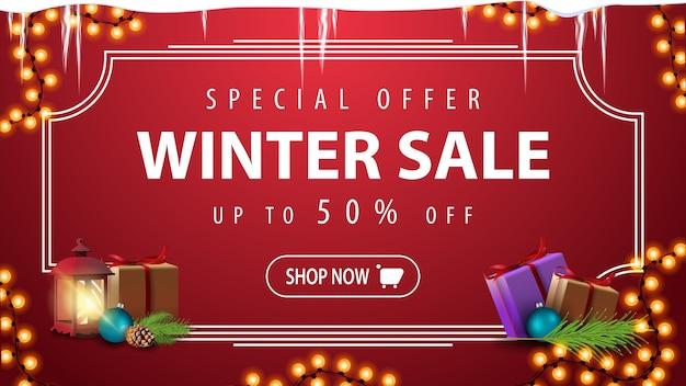 Oferta specjalna, wyprzedaż zimowa, do 50 zniżki, czerwony baner rabatowy z girlandą, sople, ramka linii, latarnia w stylu vintage i prezenty