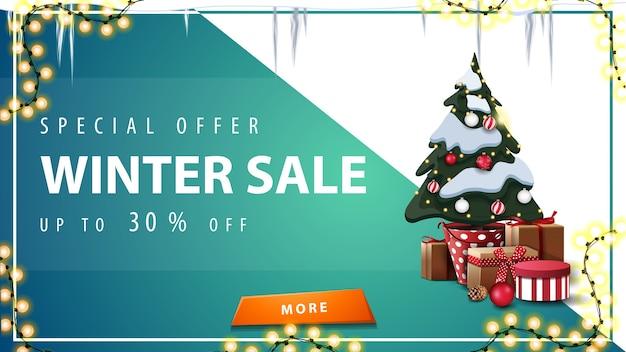 Oferta specjalna, wyprzedaż zimowa, rabat do 50, niebiesko-biały baner rabatowy z pomarańczowym guzikiem, sople, girlanda i choinka w doniczce z prezentami