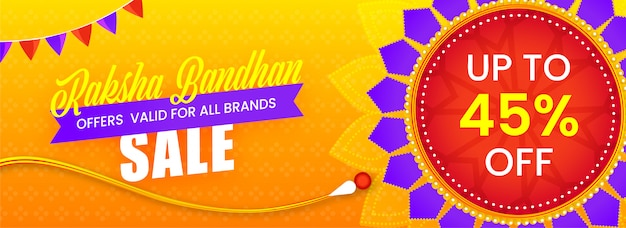 Off na nagłówek sprzedaży lub projekt transparentu raksha bandhan z dekoracyjnym kwiatowym rakhi (opaska na rękę).