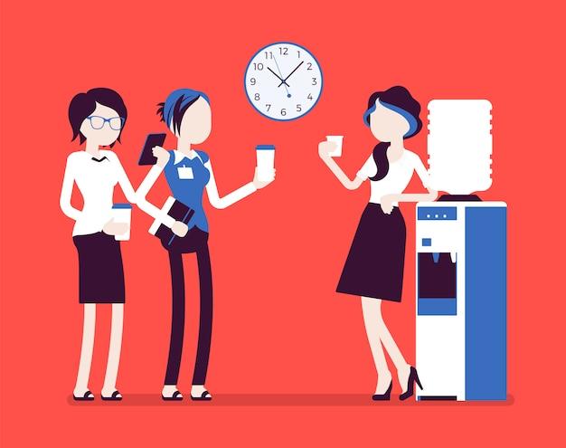 Office cooler chat. młode pracownice odbywają nieformalną rozmowę przy lodówce w miejscu pracy, koleżanki odświeżają się podczas przerwy. ilustracja z postaciami bez twarzy