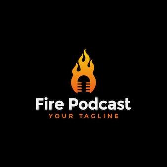 Ogień i podcast w szablonie logo negatywnej przestrzeni