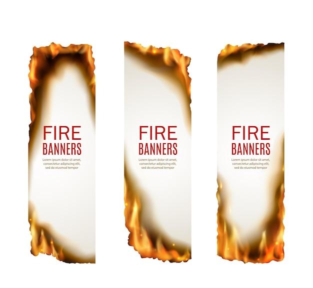 Ogień płonące banery płomienia. reklama gorącej sprzedaży, płonąca oferta pionowych plakatów promocyjnych, projekt ulotek z obniżką cen z realistycznym wektorem białej kartki papieru i krawędzi w płomieniach