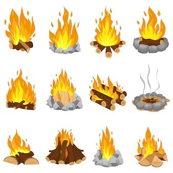 Ognisko z drewna. na zewnątrz ognisko, ogień płonących drewnianych bali i kamienny kominek komiks kreskówka zestaw ilustracji