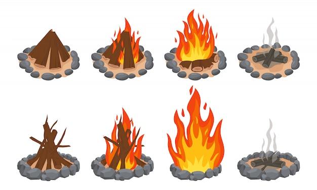 Ognisko z drewna. ognisko na zewnątrz, płonące drewniane bale i kamienny kominek. płomienie drewna opałowego, palić ognisko lub kominek