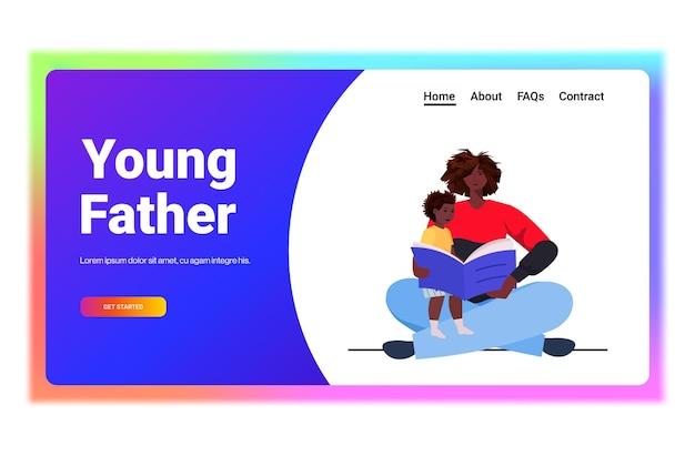 Ojciec czyta książkę z małym synem rodzicielstwo koncepcja ojcostwa tata spędza czas z dzieckiem w poziomie na całej długości