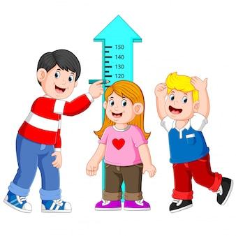 Ojciec mierzy wysokość swojego dziecka za pomocą pomiaru wysokości