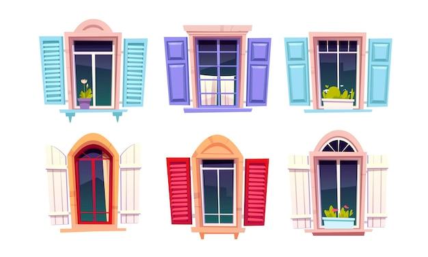Okna drewniane z otwartymi okiennicami w stylu śródziemnomorskim na białym tle