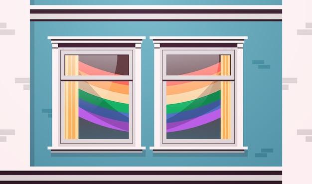 Okna fasady domu ozdobione tęczowymi flagami lgbt lesbijska parada gejów koncepcja miłości transpłciowej