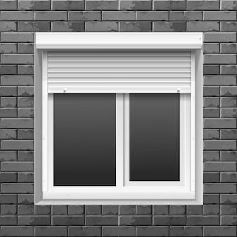 Okno z roletami na ścianie z cegły