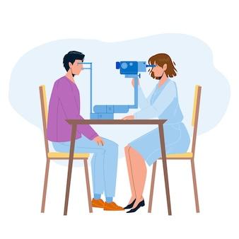 Oko sprawdzanie pacjenta w wektor gabinet lekarza. medycyna pracownik oka kontroli z profesjonalnym sprzętem elektronicznym. postacie badanie lekarskie i leczenie w szpitalu ilustracja kreskówka płaskie