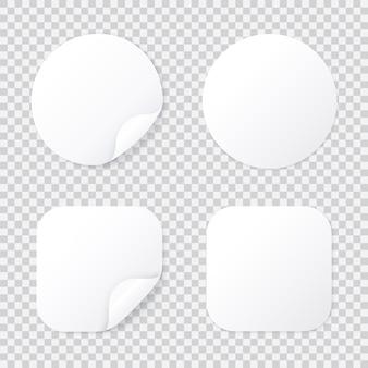 Okrągła i kwadratowa naklejka z wygiętym narożnikiem, białym łatem szablon na białym tle z cieniem, lepką metką lub etykietą promocyjną z odwróconą złożoną narożną ilustracją.