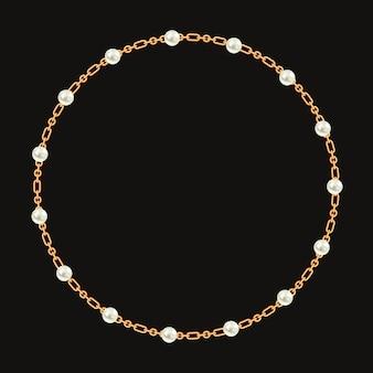 Okrągła rama wykonana ze złotego łańcuszka i białych pereł.