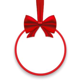 Okrągłe kartki świąteczne z czerwonymi wstążkami i satynowymi kokardkami.