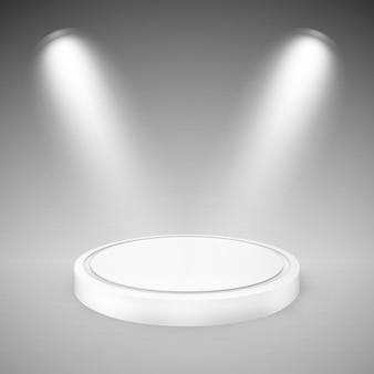 Okrągłe podium oświetlone reflektorami.