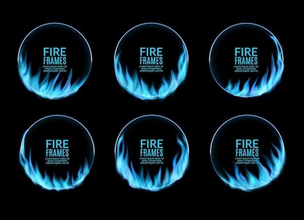 Okrągłe ramki, niebieski płomień ognia gazowego, płonące pierścienie wektorowe. wypalone dziury po obręczach w ogniu, realistyczne kręgi z ognistymi językami. 3d flary dla występów cyrkowych, zestaw izolowanych okrągłych granic