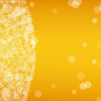 Oktoberfest tło. pianka piwna. splash piwa rzemieślniczego. błyszczący kufel piwa z realistycznymi bąbelkami. chłodny płynny napój do baru. projekt złotego transparentu. złoty kubek na piankę oktoberfest.