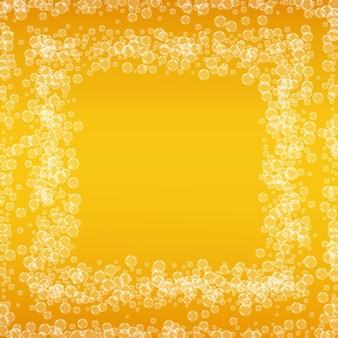 Oktoberfest tło. pianka piwna. splash piwa rzemieślniczego. kufel piwa z pianką z realistycznymi bąbelkami. chłodny płynny napój do baru. układ żółtej ulotki. złoty dzbanek na piankę oktoberfest.