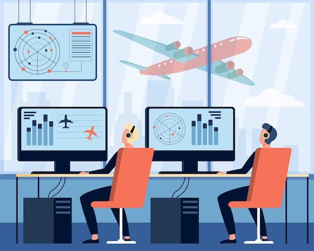Operatorzy kontrolujący płaską ilustrację samolotu. postaci z kreskówek siedzi w pokoju dowodzenia na lotnisku