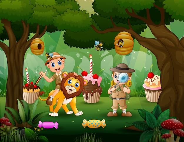 Opiekun zwierząt i lew w słodkim lesie
