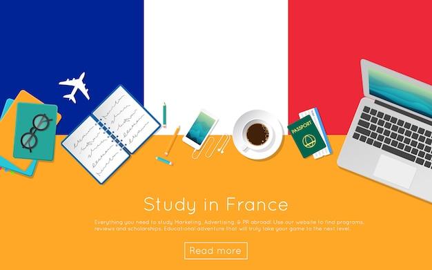 Opracuj we francji koncepcję banera internetowego lub materiałów drukowanych. widok z góry laptopa, książek i filiżankę kawy na flagi narodowej. płaski nagłówek strony poświęconej badaniu za granicą