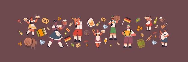 Osób posiadających kufle do piwa obchody stron oktoberfest