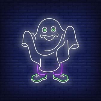 Osoba ubrana w białą kartkę i udająca neonowy duch