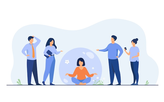 Osoba utrzymująca dystans społeczny i unikająca kontaktu. kobieta oddziela się od tłumu i medytuje w przezroczystej bańce.