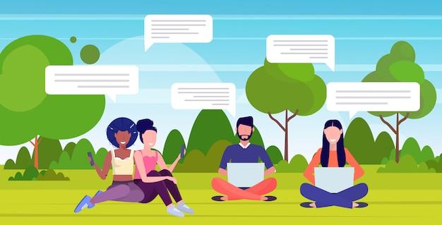 Osoby korzystające z aplikacji do rozmów na urządzeniach cyfrowych sieć społeczna mowa czat bańka komunikacja koncepcja