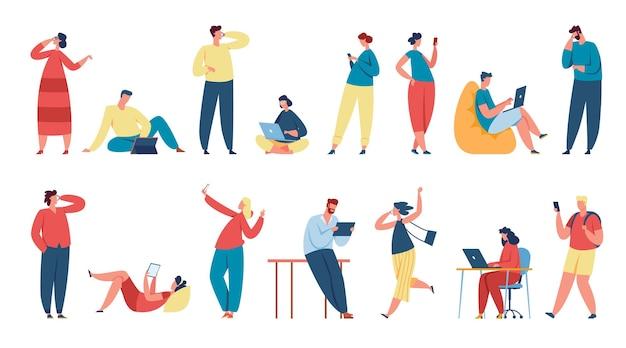 Osoby korzystające z gadżetów, postacie trzymające smartfony lub tablety. studenci studiujący z laptopem, rozmawiający przez telefon lub wysyłający sms-y wektor zestaw. mężczyzna i kobieta komunikują się i rozmawiają za pośrednictwem urządzenia