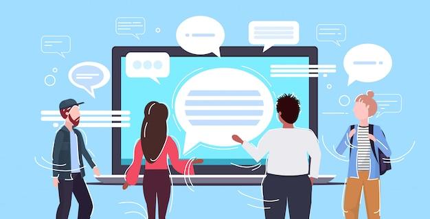 Osoby korzystające z laptopa komunikator aplikacja czat bańka komunikacja koncepcja widok z tyłu mężczyźni kobiety na czacie mowy online rozmowa poziomy portret