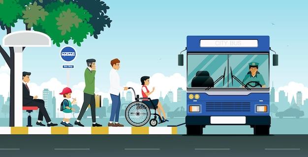 Osoby niepełnosprawne korzystają z autobusów, które zatrzymują się, aby zabrać pasażerów.