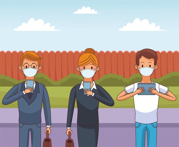 Osoby noszące maskę medyczną i smartfony pozostają w kontakcie