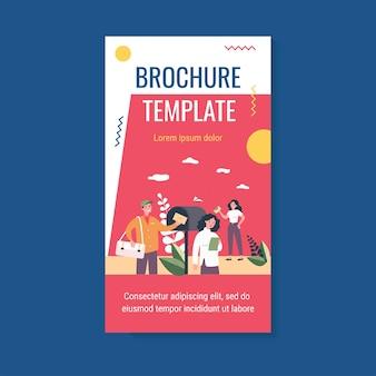 Osoby otrzymujące i czytające szablon broszury biuletynu marketingowego