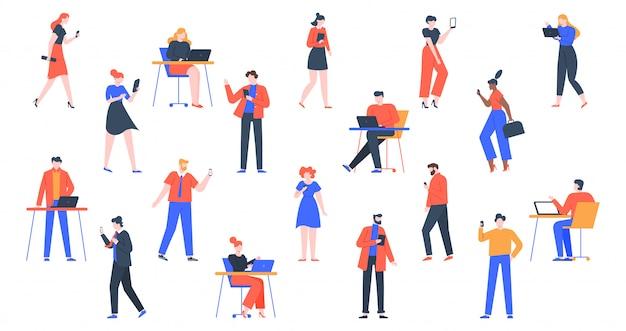 Osoby z urządzeniami. mężczyźni i kobiety używają laptopa, tabletu i smartfonów, postaci ze sprzętem do urządzeń internetowych, trzymają i używają zestawu ilustracji cyfrowych gadżetów. młode dorosłe osoby online