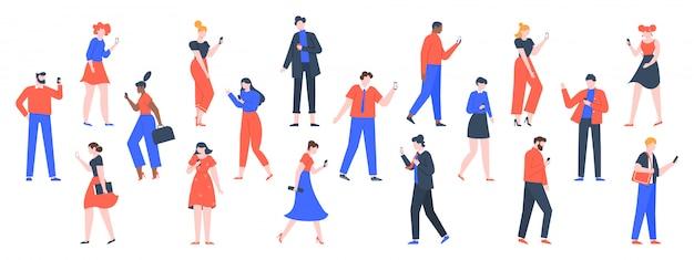 Osoby z urządzeniami. mężczyźni i kobiety używają laptopów, tabletów i smartfonów, postaci z urządzeniami internetowymi, trzymają i używają cyfrowych gadżetów. minimalni faceci z telefonami online