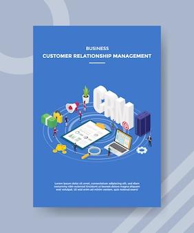 Osoby zarządzające relacjami biznesowymi stojące wokół danych statystycznych dokumentu tekst crm serwera laptopów
