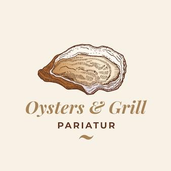 Ostrygi i grill streszczenie znak, symbol lub szablon logo. ręcznie rysowane otwarte mięczaki skorupiaki z klasyczną typografią premium. koncepcja stylowy klasyczny godło. odosobniony.