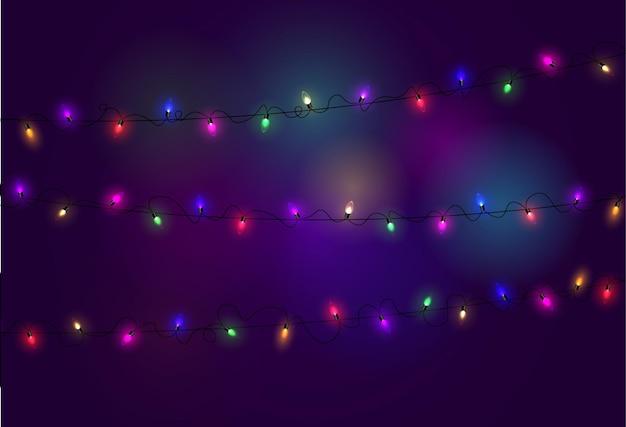 Oświetlenie świąteczne. kolorowa, jasna girlanda świąteczna. kolorowe girlandy, czerwone, żółte, niebieskie i zielone żarówki świecące.