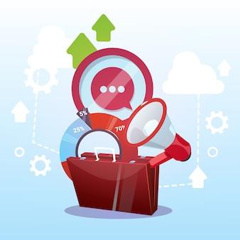 Otwarta praca marketingowa w teczce i koncepcja biznesowego celu