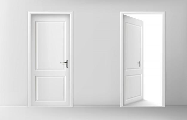 Otwarte i zamknięte białe drewniane drzwi