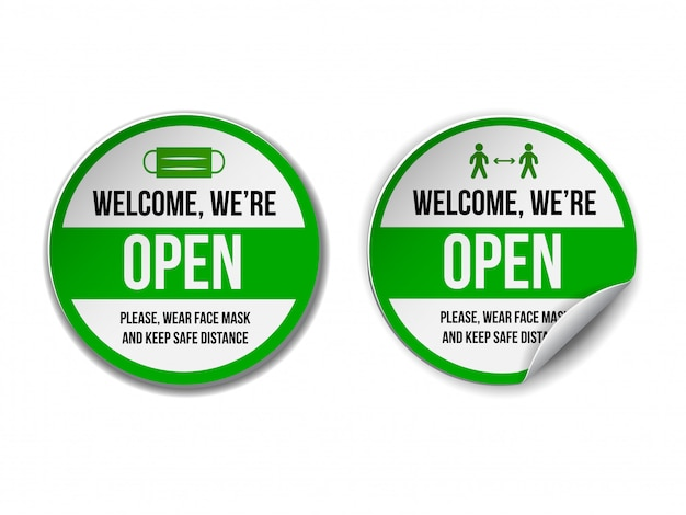 Otwórz znak na zielonej etykiecie - witamy ponownie. zestaw tabliczki informacyjnej do drzwi wejściowych o ponownej pracy. zachowaj dystans społeczny i noś maskę na twarz. na białym tle.