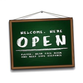 Otwórz znak na zielonej tablicy w drewnianej ramie. tabliczka informacyjna do drzwi wejściowych o ponownej pracy. zachowaj dystans społeczny i noś maskę na twarz. ilustracja na białym tle.
